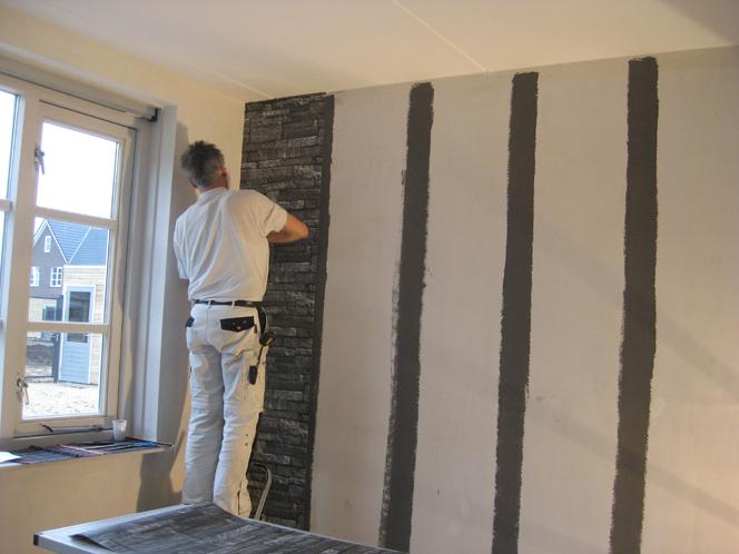 Ideeen woonkamer behang - Grijze en rode muur ...